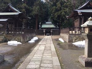 廟所内正面の残雪風景です