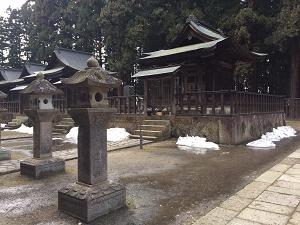 廟所内左側の残雪風景です
